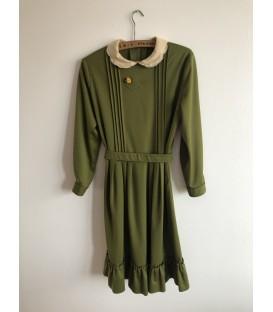 Olivové šaty se žlutou broží