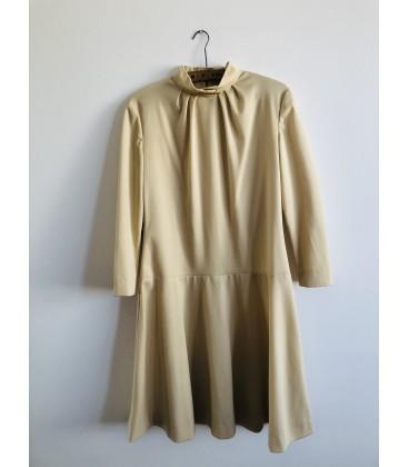 Krémové šaty se zlatou broží