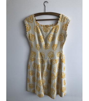 Šaty se žlutými květy růží